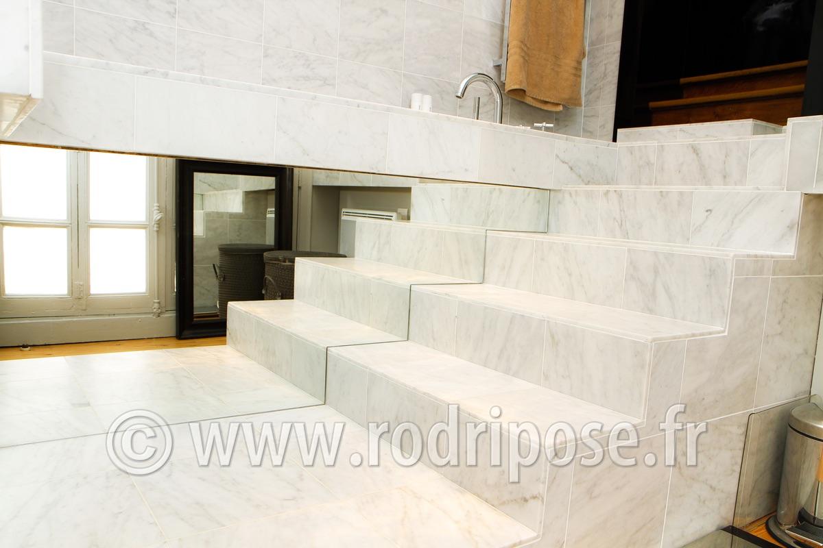 Chambre mur noir for Salle de bain en marbre blanc