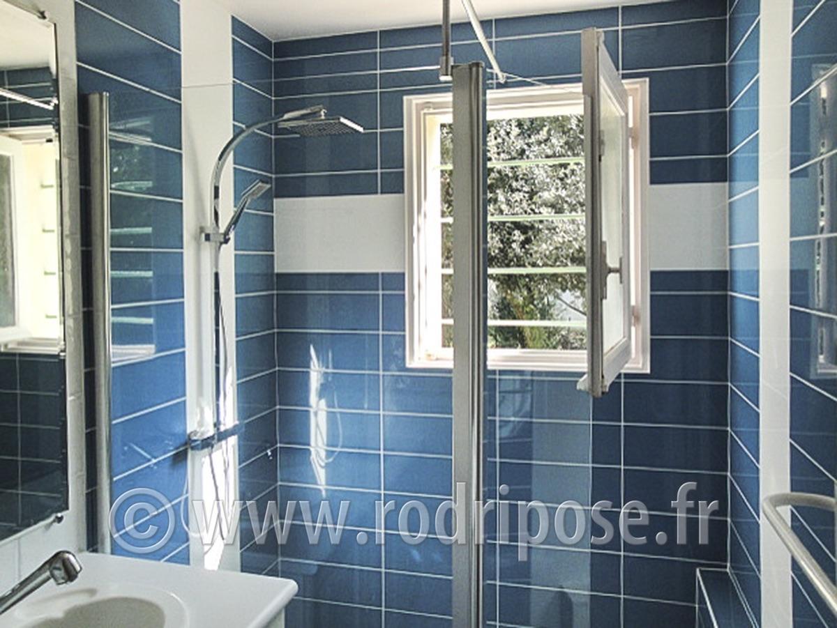 Salle de bain mur bleu photos de conception de maison for Bleu salle de bain