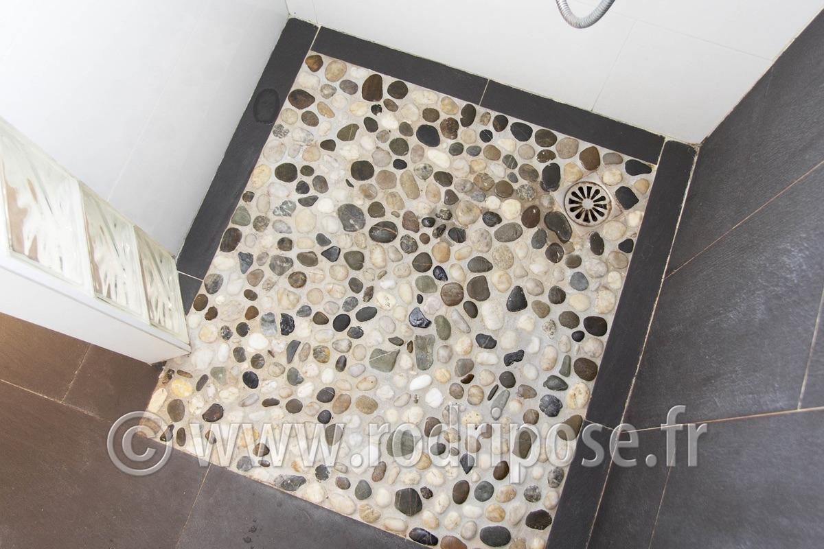 Sol en galets salle de bain maison design for Joint galet douche italienne